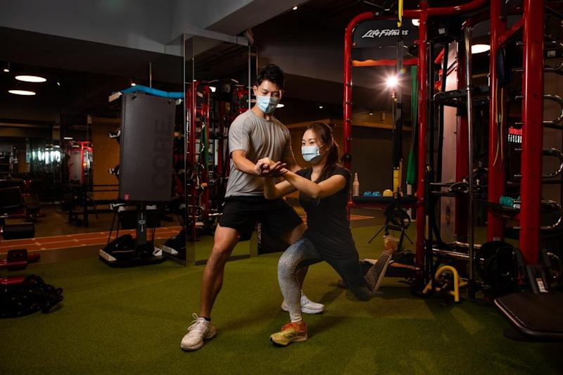eliment FitLax 靈活按月收費 輕鬆安心健身 trainer and member