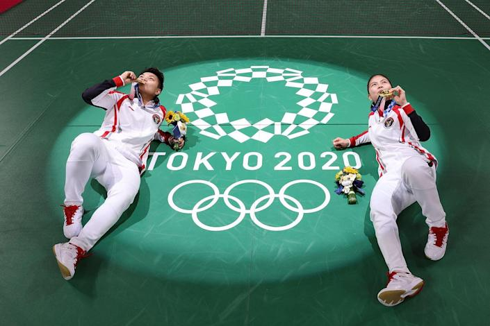 <p>Greysia Polii and Apriyani Rahayu of Indonesia pose for photo on the badminton court after taking home the gold.</p>
