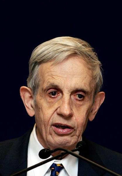 """Noble Laureate Mathematician John Nash delivers an address on """"Global Games and Globalization"""" at the launch of the Nobel Laureates Lecture Series in New Delhi, February 14, 2007 (AFP Photo/Manan Vatsyayana)"""