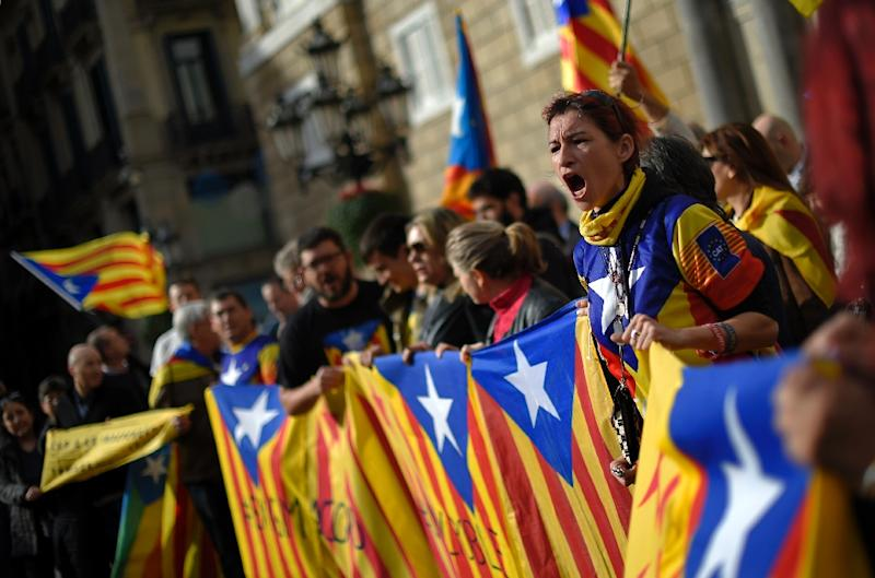 Demonstrators shout slogans as they hold pro-independence Catalan flags during a demonstration in front of the Catalan regional government headquarters in Barcelona on January 9, 2016 (AFP Photo/Lluis Gene)