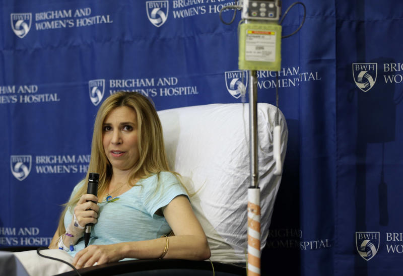 Heather Abbott, residente en Newport, Rhode Island, responde a los periodistas durante una conferencia de prensa en el Hospital Brigham and Womens en Boston, el jueves 25 de abril de 2013. A esta mujer se le amputó una pierna por debajo de la rodilla, tras ser herida en los atentados durante el Maratón de Boston  (AP Foto/Steven Senne)