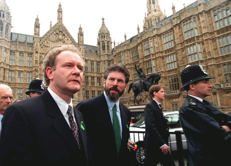 Gerry Adams (d), leader du Sinn Féin, et Martin McGuinness, sortent du Parlement à Wastminster, le 19 mai 1997 à Londres Newly elected Sinn Fein MPs Gerry Adams (R) and Martin McGuinness leave Parliament at Westminster 19 May after challenging an order barring them from the premises for refusing to swear allegiance to the Queen