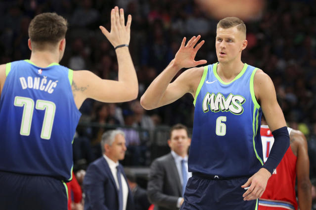 Luka Doncic(圖左)與Kristaps Porzingis。(AP Photo/Richard W. Rodriguez)