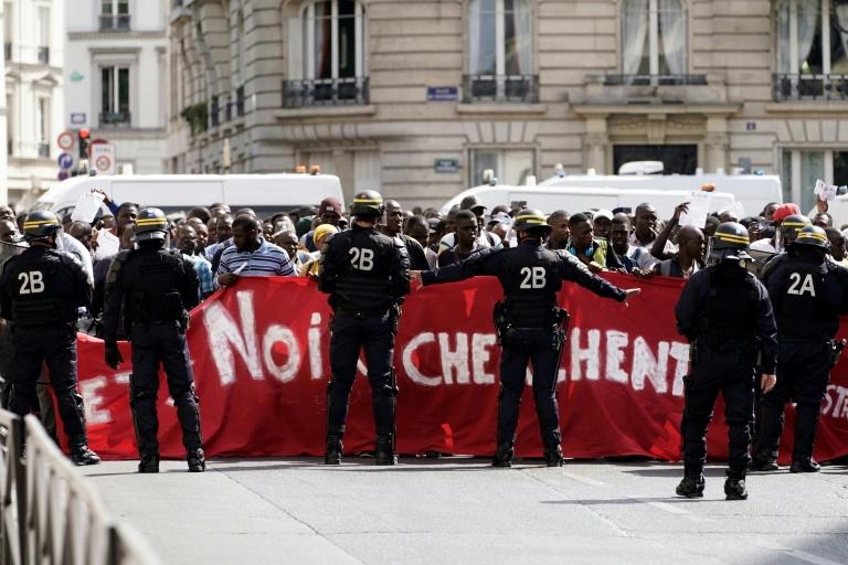 The demonstrators want the French government to agree to an exceptional regularisation, which would legalise their status in France