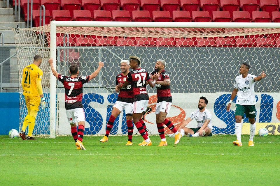 BRASILIA, BRAZIL - JANUARY 21: Flamengo players celebrate after their team's first goal during a match between Flamengo and Palmeiras as part of the 2020 Brazilian Serie A at the Mané Garrincha Stadium on January 21, 2021 in Brasilia, Brazil . (Photo by Andressa Anholete / Getty Images)