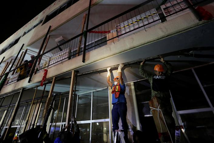 <p>Workers reinforce a balcony during a search for students at the Enrique Rebsamen school after an earthquake in Mexico City, Mexico, Sept. 20, 2017. (Photo: Daniel Becerril/Reuters) </p>