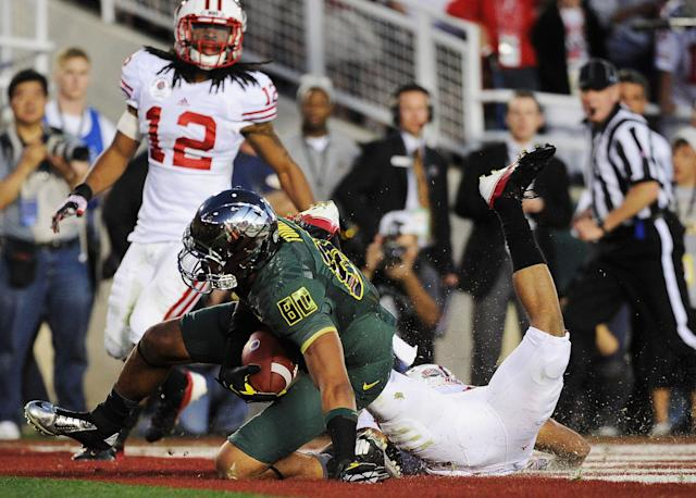 PASADENA, CA - JANUARY 02: Wide receiver Lavasier Tuinei #80 of the Oregon Ducks catches an 11-yard touchdown in the fourth quarter against the Wisconsin Badgers at the 98th Rose Bowl Game on January 2, 2012 in Pasadena, California. (Photo by Kevork Djansezian/Getty Images)