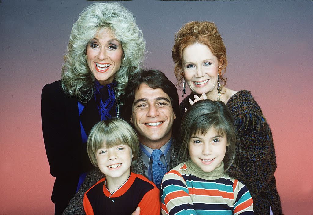"Alyssa Milano pictured with her ""Who's the Boss?"" co-stars: Judith Light, Katherine Helmond, Danny Pintauro and Tony Danza. (Photo: Bob D'Amico/Walt Disney Television via Getty Images)"