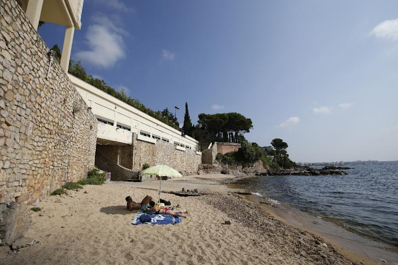 "General view of the public beach called ""La Mirandole"", located below a villa owned by the Saudi King, on July 20, 2015 in Vallauris, southeastern France (AFP Photo/Valery Hache)"