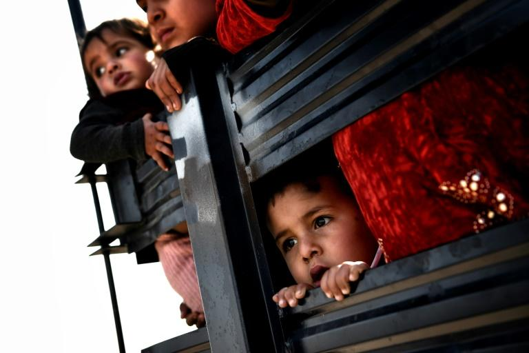 Iraqi civilians flee Mosul as Iraqi forces advance inside the city during fighting against Islamic State group's fighters on March 8, 2017