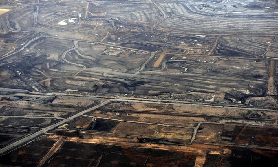 FILE PHOTO: The Syncrude tar sands mine north of Fort McMurray.FILE PHOTO: The Syncrude tar sands mine north of Fort McMurray, Alberta, November 3, 2011. Syncrude is one of the largest oil sands producers in Alberta. REUTERS/Todd Korol/File Photo
