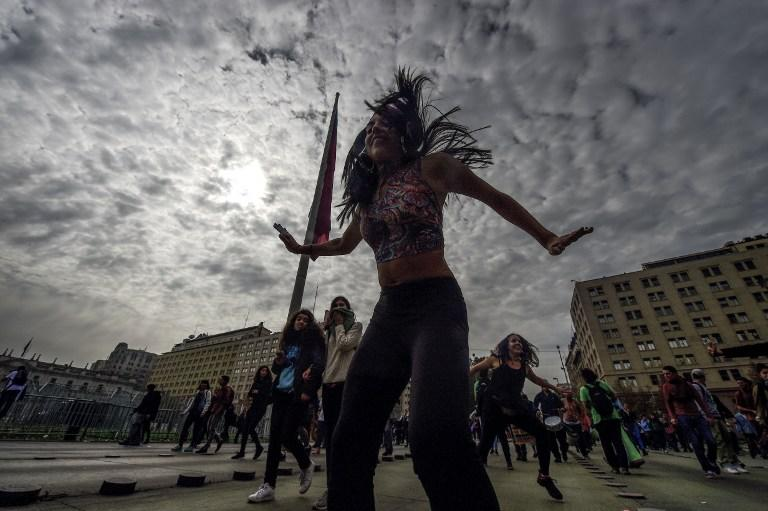 <p>Students dance during a protest against the the education reform in Santiago, on May 09, 2017. / AFP PHOTO / Martin BERNETTI </p>