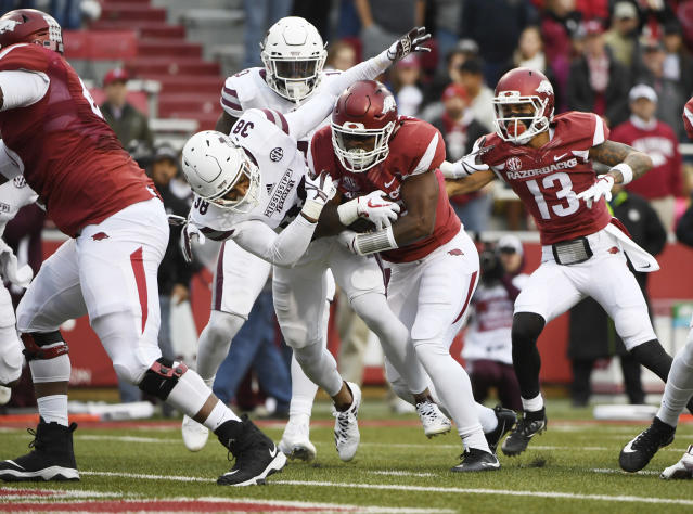 "Arkansas <a class=""link rapid-noclick-resp"" href=""/ncaaf/players/228292/"" data-ylk=""slk:David Williams"">David Williams</a> pushes past Mississippi State defender Johnathan Abram to score a touchdown on Saturday. (AP Photo/Michael Woods)"