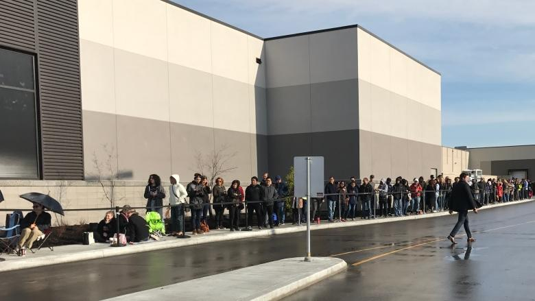 Bargain-seeking Winnipeggers flood opening of outlet mall
