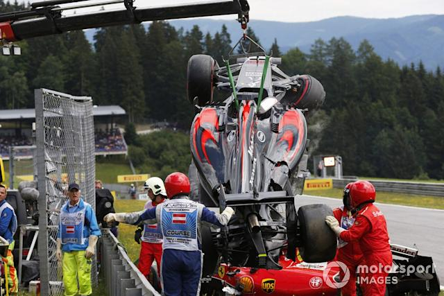 "Los comisarios retiran los coches de Fernando Alonso, McLaren MP4-30 Honda y Kimi Raikkonen, Ferrari SF-15T, tras su accidente <span class=""copyright"">Alastair Staley / Motorsport Images</span>"