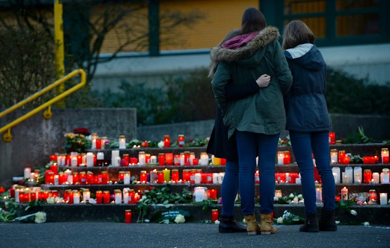 Students gather at a memorial of flowers and candles in front of the Joseph Koenig Gymnasium secondary school in Haltern am See, Germany, on March 24, 2015 (AFP Photo/Sascha Schuermann)