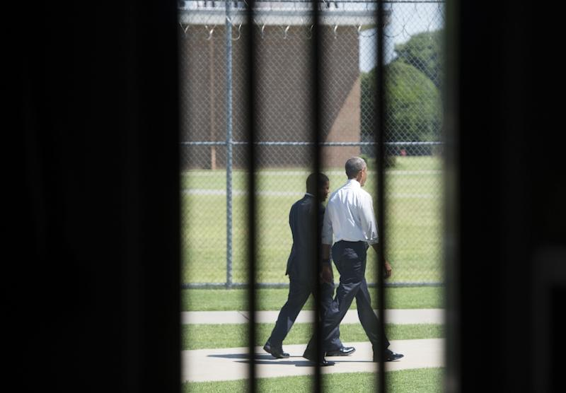 US President Barack Obama walks through the prison yard during a tour of the El Reno Federal Correctional Institution in El Reno, Oklahoma, July 16, 2015 (AFP Photo/Saul Loeb)