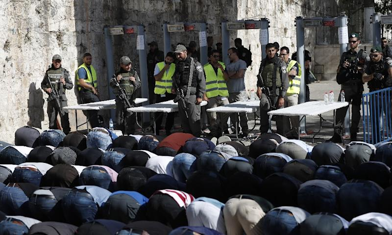 Palestinian Muslim worshippers refuse to enter the Al-Aqsa mosque compound after Israeli set up metal detectors and cameras as part of new security measures (AFP Photo/Ahmad GHARABLI)
