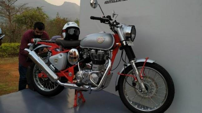 Royal Enfield Bullet Trials Works Replica 350 uses a 346 cc, single-cylinder, four-stroke, twin spark, air cooled engine, while Royal Enfield Bullet Trials Works Replica 500 comes with a 499 cc, single-cylinder, four stroke, spark ignition, air cooled, fuel injection engine.