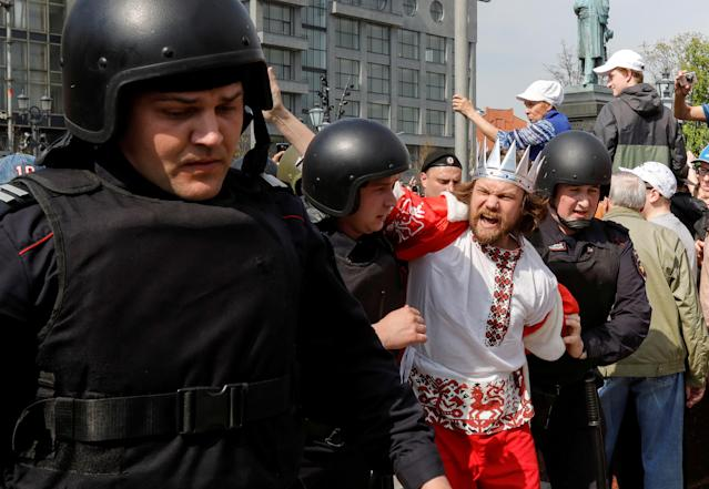 <p>Policemen detain an opposition supporter during a protest ahead of President Vladimir Putin's inauguration ceremony, Moscow, Russia May 5, 2018. (Photo: Tatyana Makeyeva/Reuters) </p>