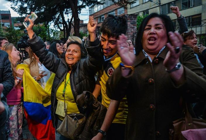 People celebrate after a vote on whether to ratify a historic peace accord with the FARC returned with a No in Bogota on October 2, 2016 (AFP Photo/Diana Sanchez)