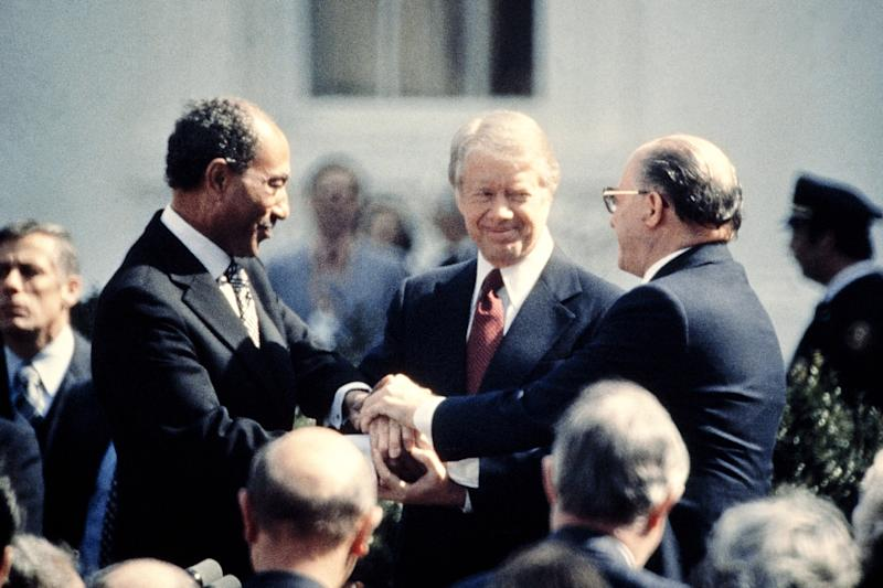 US President Jimmy Carter is between Egypt's President Anwar Sadat (L) and Israeli Prime Minister Menachem Begin (R) at the signature of the Egypt-Israel Peace Treaty on March 26, 1979 (AFP Photo/-)
