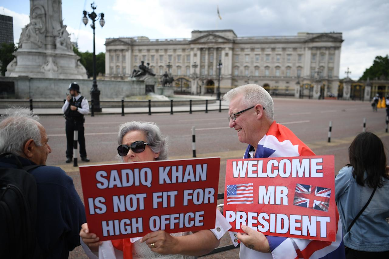 Seguidores de Trump le dan la bienvenida en las afueras del Buckingham Palace. (Photo by Daniel LEAL-OLIVAS / AFP) (Photo credit should read DANIEL LEAL-OLIVAS/AFP/Getty Images)