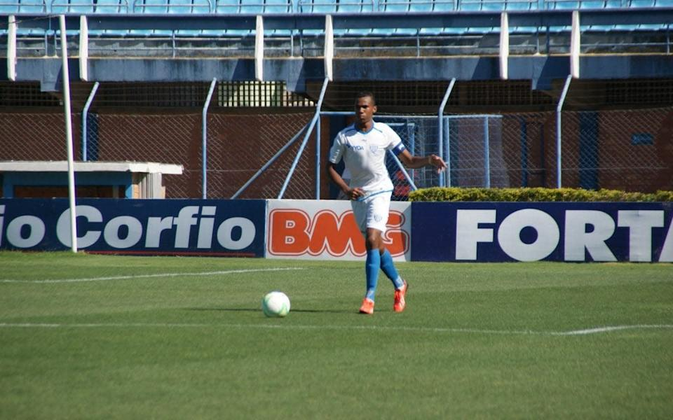 Gabriel runs with the ball for his old youth team - Alceu Atherino Neves/Alceu Atherino Neves / Avaí FC