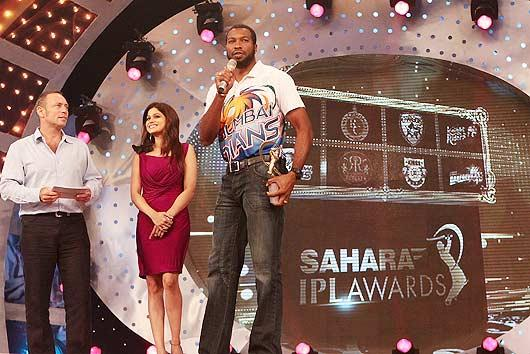 Kieron Pollard (R) of Mumbai Indians wins the Best Debut Awards at the IPL Awards Night at the Grand Hyatt. (Getty Images)