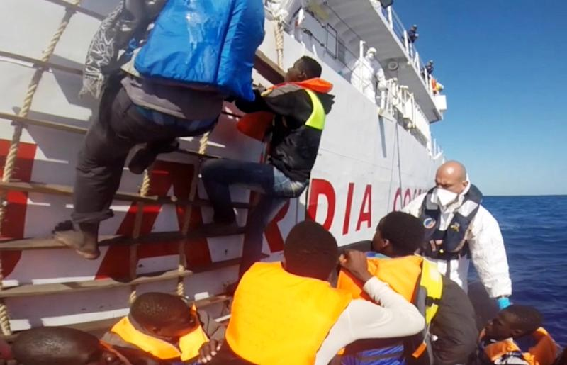 Video grab released by the Italian Coast Guard (Guardia Costiera) on May 2, 2015 shows a rescue operation for 220 shipwrecked migrants on May 1, 2015, in the Mediterranean Sea, off the coast of Sicily (AFP Photo/)
