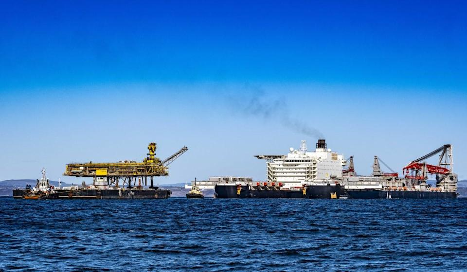 Allseas' Pioneering Spirit transferring cargo