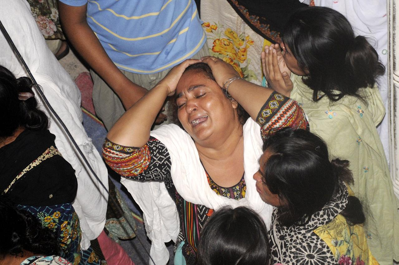 MTN01. Multan (Pakistan), 22/10/2018.- People mourn the death of their relatives who were killed in a bus accident in Multan, Pakistan, 22 October 2018. At least 19 people were killed and more than 40 were injured when two passenger busses collided head on in Dera Ghazi Khan. EFE/EPA/FAISAL KAREEM