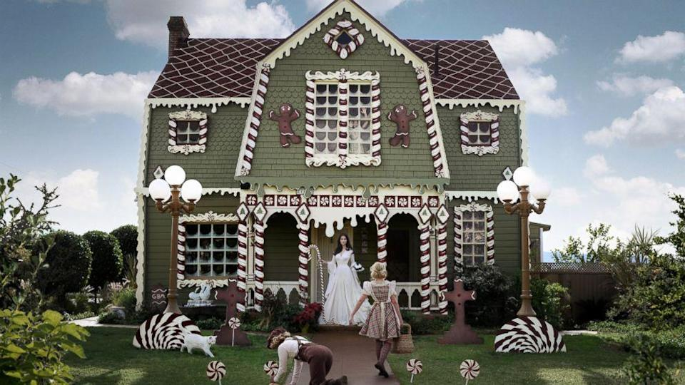 See How This Woman Turned Her Parents' California Home Into a Life-Sized Gingerbread House (ABC News)