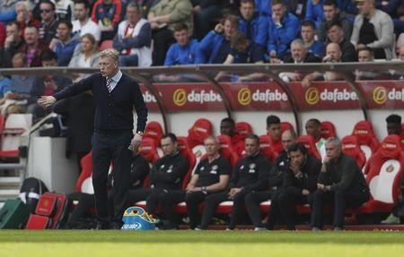 Britain Football Soccer - Sunderland v Manchester United - Premier League - Stadium of Light - 9/4/17 Sunderland manager David Moyes and Manchester United manager Jose Mourinho Action Images via Reuters / Lee Smith Livepic