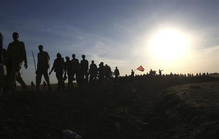 Rebel fighters walk in a rebel controlled territory in Upper Nile State February 14, 2014. REUTERS/Goran Tomasevic