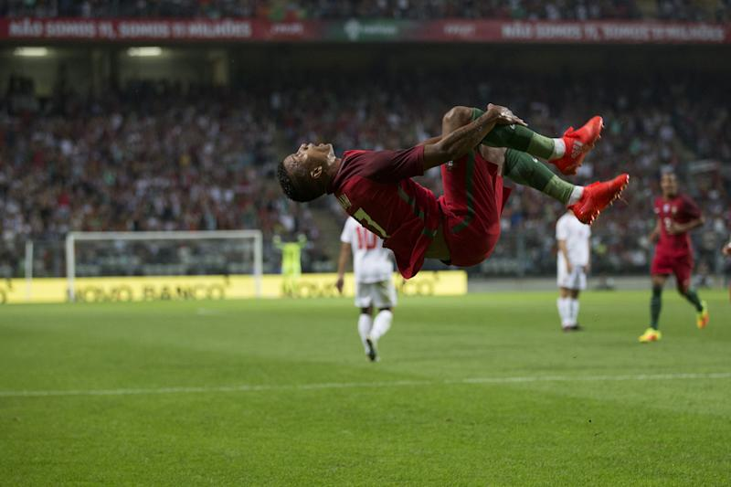 Nani shows the BEST way to celebrate a goal