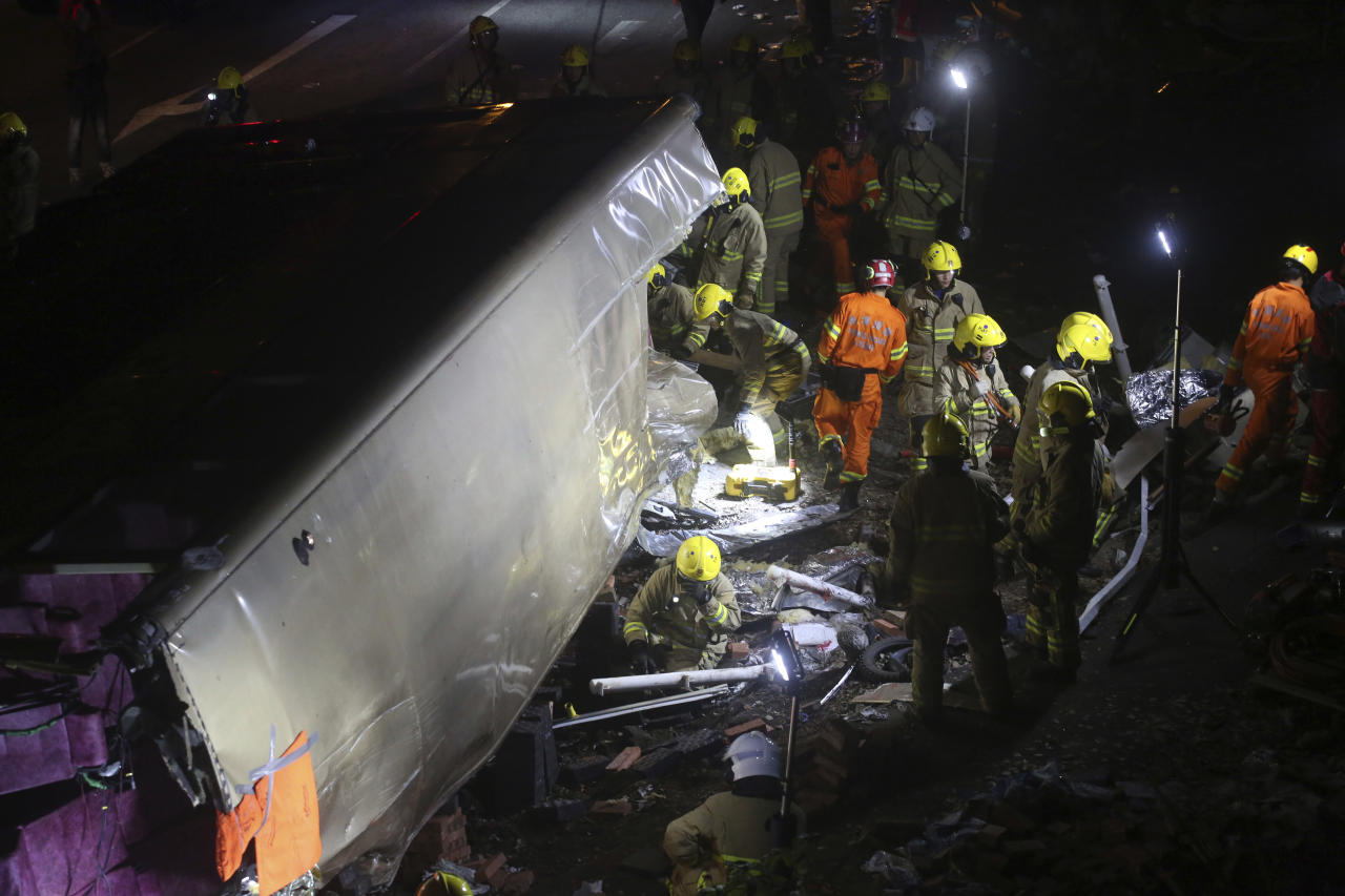 <p>Emergency workers prepare to rescue injured passengers from a double-decker lying on its side in Hong Kong on Feb. 10, 2018. (Photo: AP) </p>