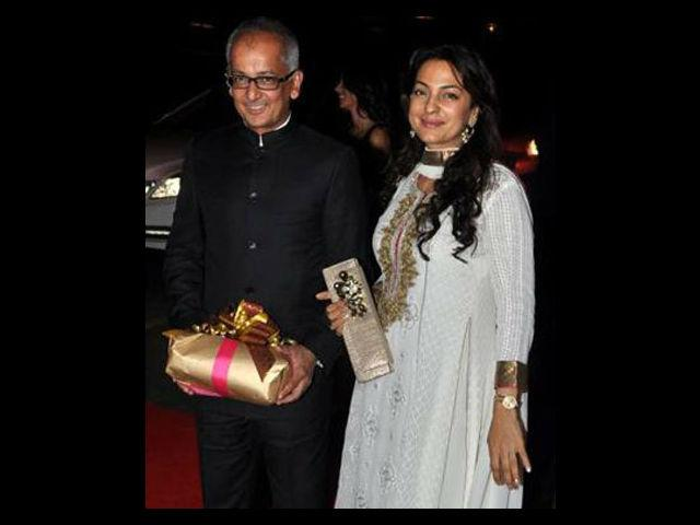 <b>2. Juhi Chawla </b><br>The stunning beauty and the former Miss India, Juhi Chawla married a British industrialist, Jai Mehta back in 1988. To keep her love affair under wraps, the couple had a secret marriage and revealed it to the world when Juhi was pregnant.