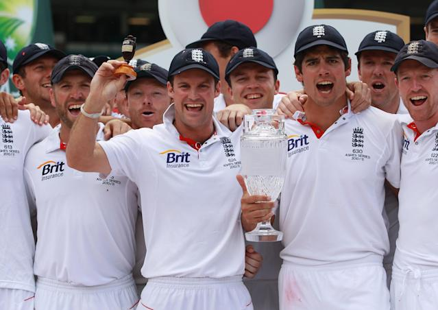 SYDNEY, AUSTRALIA - JANUARY 07: Andrew Strauss of England and the rest of the England team pose with the Ashes urn afetr winning the test and the series during day fiveof the Fifth Ashes Test match between Australia and England at Sydney Cricket Ground on January 7, 2011 in Sydney, Australia. (Photo by Tom Shaw/Getty Images)