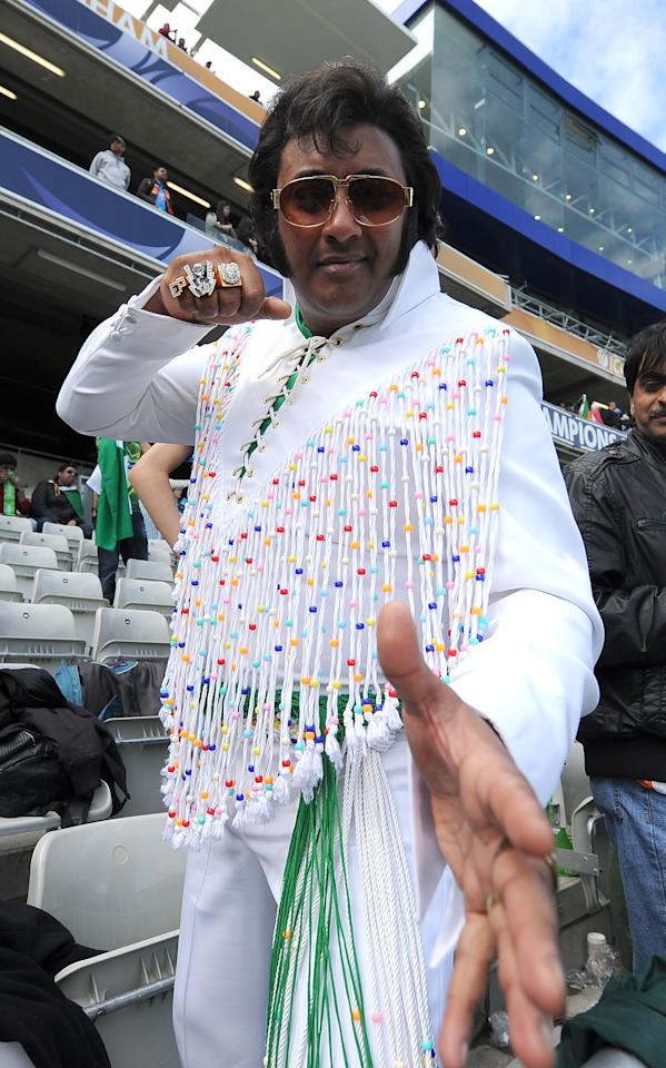 A pakistani fan dressed as Elvis Presley waits for the start of the 2013 ICC Champions Trophy cricket match between Pakistan and India at Edgbaston in Birmingham, central England, on June 15, 2013.  AFP PHOTO/ANDREW YATES