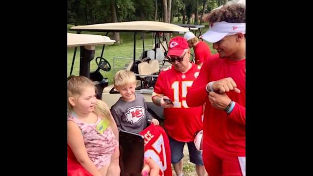 A girl with a brain tumor gave Patrick Mahomes a bracelet. He wears it during games