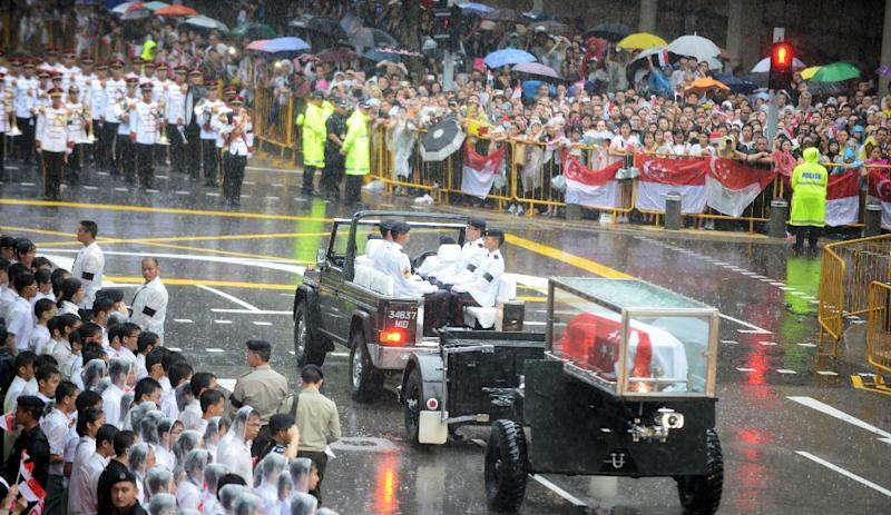 The body of former prime minister Lee Kuan Yew is transferred atop a gun carriage during a funeral procession in Singapore on March 29, 2015 (AFP Photo/Mohd Fyrol)