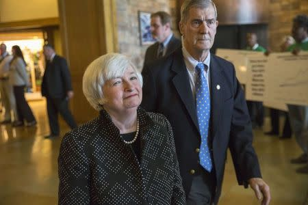 Janet Yellen (L), Chair of the Federal Reserve enters the opening reception of the Jackson Hole Economic Policy Symposium in Jackson Hole, Wyoming August 21, 2014. REUTERS/David Stubbs