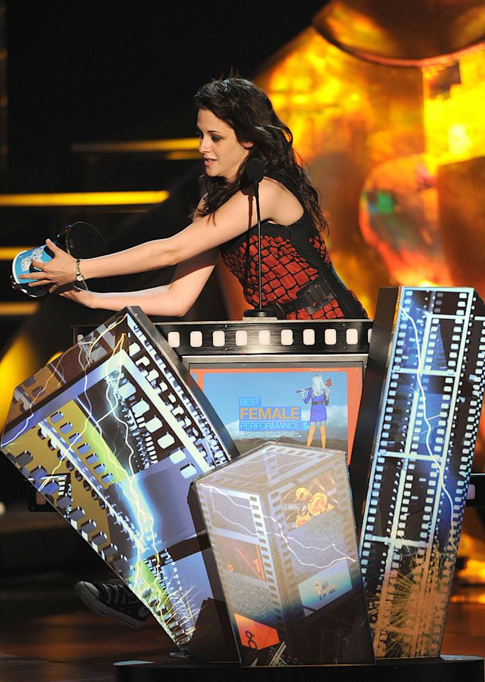 "<a href=""http://movies.yahoo.com/movie/contributor/1807776250"">Kristen Stewart</a> accepts her award for Best Female Performance during the18th Annual MTV Movie Awards - 05/31/2009"