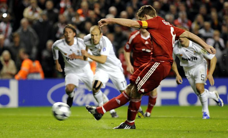 Steven Gerrard (C) scores a goal during an UEFA Champions league match between Real Madrid and Liverpool in Liverpool on March 10, 2009 (AFP Photo/Rafa Rivas)