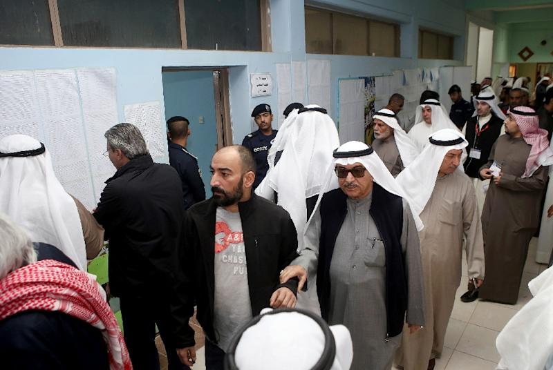 Kuwaiti men arrive to cast their votes for the parliamentary elections at a polling station in Kuwait City, on November 26, 2016 (AFP Photo/Yasser Al-Zayyat)