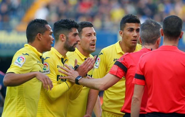 Soccer Football - La Liga Santander - Villarreal vs Atletico Madrid - Estadio de la Ceramica, Villarreal, Spain - March 18, 2018 Villarreal players appeal to referee David Fernandez Borbalan REUTERS/Heino Kalis