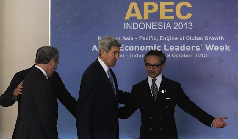 Host country Indonesian Foreign Minister Marty Natalegawa gestures towards U.S. Secretary of State John Kerry, second from left, at the Asia Pacific Economic Cooperation ministerial meeting in Bali, Indonesia, Friday, Oct. 4, 2013. (AP Photo/Wong Maye-E)