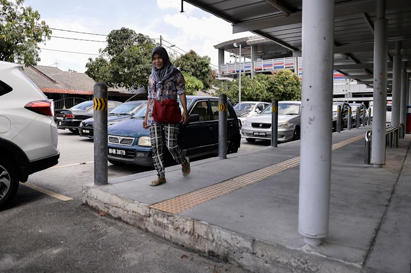 A pedestrian walkway ends abruptly leaving poses as a hazard for the elderly and disabled people. — Picture by Miera Zulyana