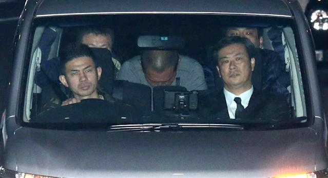 Former Japanese baseball star Kazuhiro Kiyohara (C) is taken to the Tokyo metropolitan police headquarters early on February 3, 2016 (AFP Photo/-)